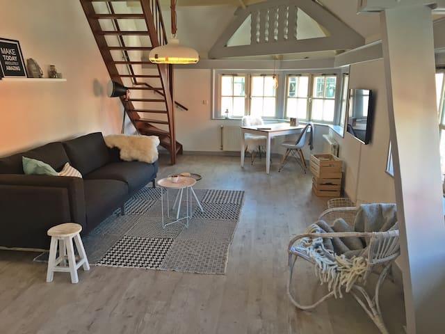 Mooie lichte sfeervolle suite - Den Burg - Apartamento