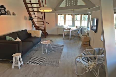 Mooie lichte sfeervolle suite - Den Burg - Daire