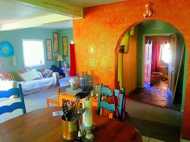 Downtown upstairs apartment - Taos - Apartment