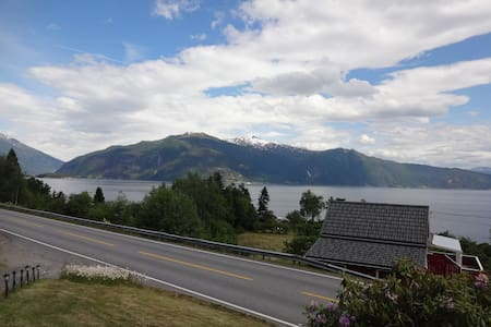 Comfortable place with spectacular fjord view - Balestrand - Hus