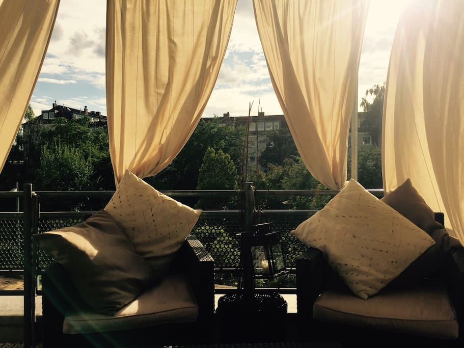 Sonniger Balkon mit schönem Blick in den Garten