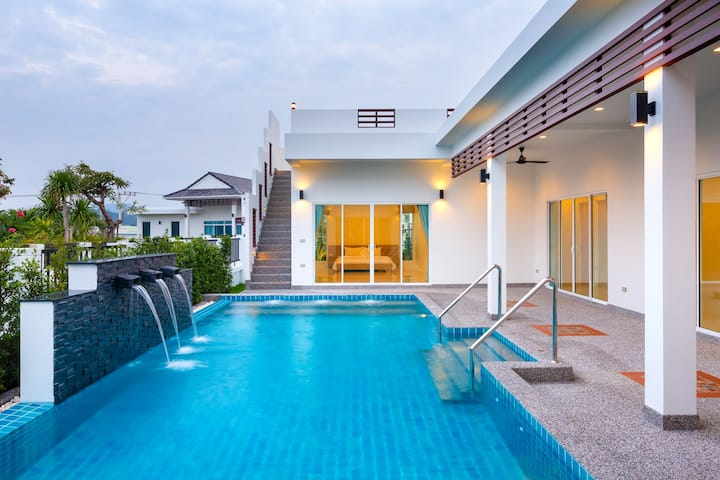 Chic & Stylish 4 Bedroom Villa with Pool Table.
