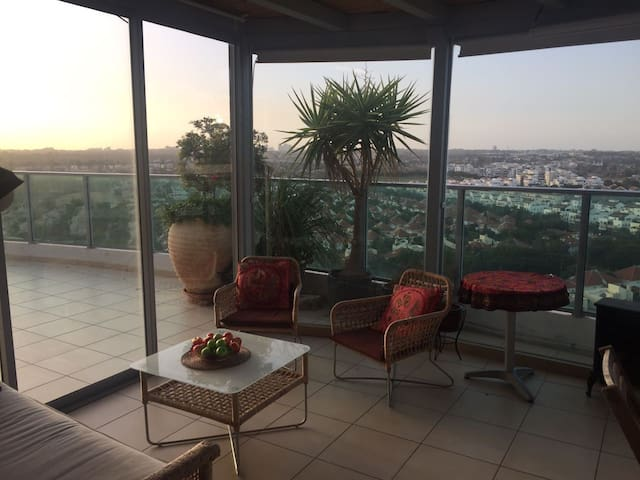 Private room is a penthouse appartment - Hod Hasharon - Lägenhet