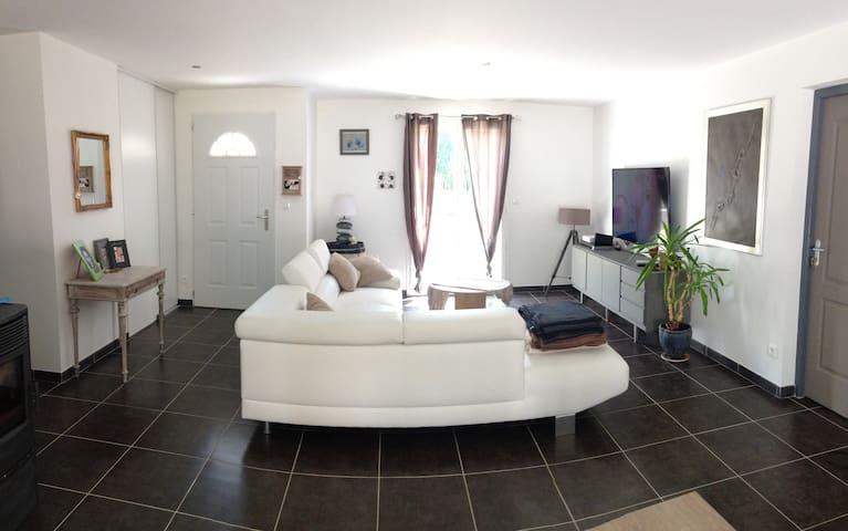 Jolie maison neuve au calme,axe Saintes-Royan - Saintes - Dům