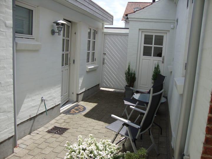 Komfort værelse med køkken, bad og terrasse.