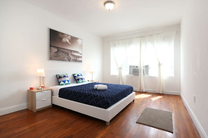 Designer  One Bedroom Fully Renovated - Sleeps (6) G