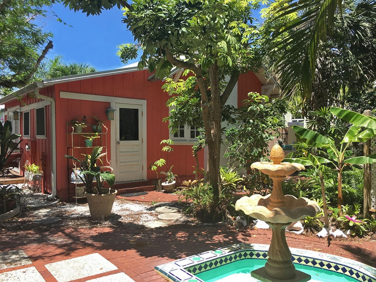 Vintage cottage with shared, landscaped courtyard