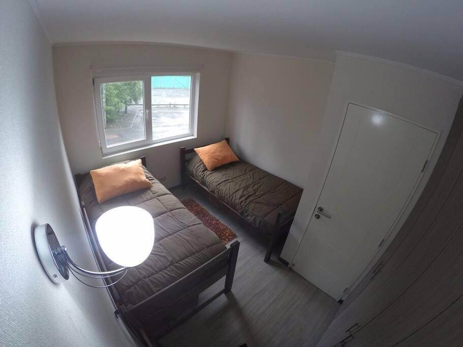 Dormitorio: Ventana, Armario (amplio), 2 Camas de 1 plaza.