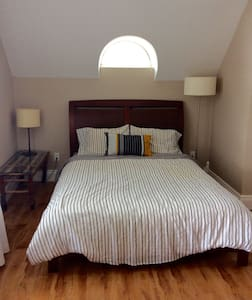 Room in a beautiful century old home - Saint-Jean-sur-Richelieu - Rumah