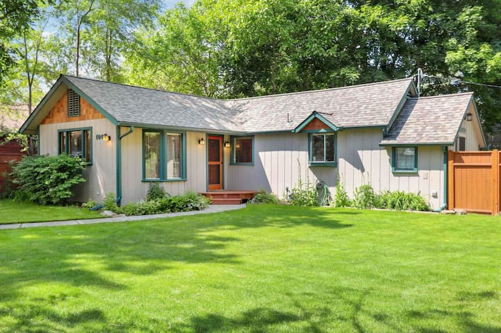 Private Country Cottage blocks from downtown/lake