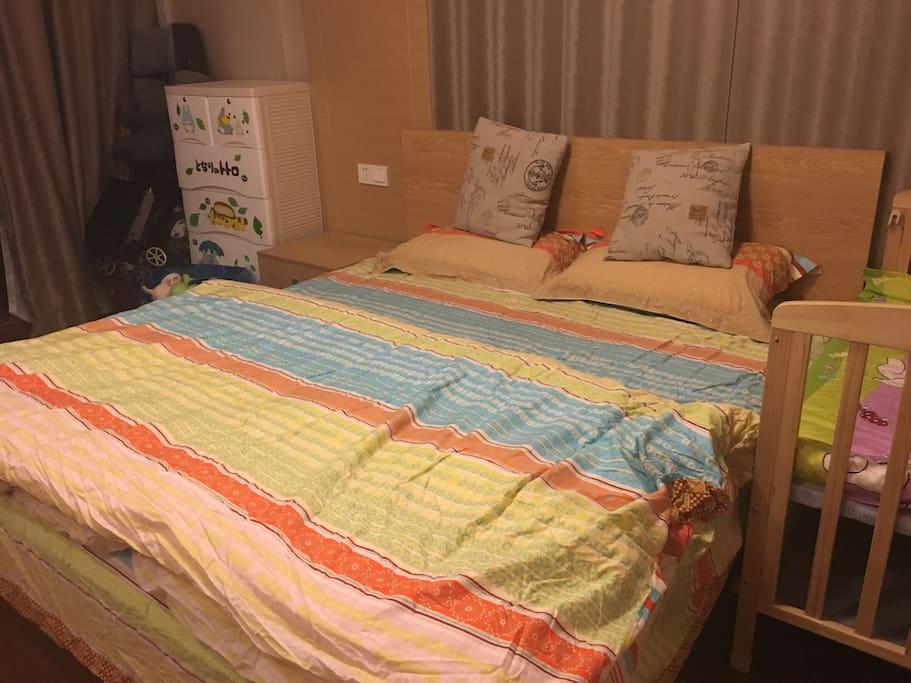每位住客都会换上洗干净的四件套、和晒过的被褥。