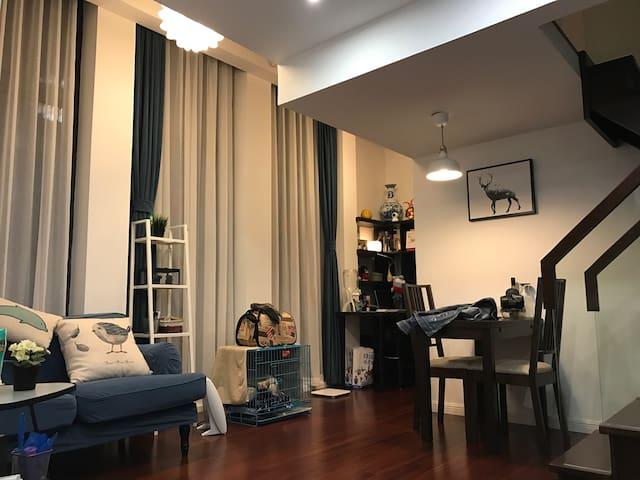 鹿影 舒适2层loft加明亮的落地窗以及散落在墙上的小鹿欢迎入住 - 上海市 - Apartment