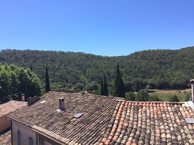 Maison dans village de la Provence verte - Vins-sur-Caramy - Huis