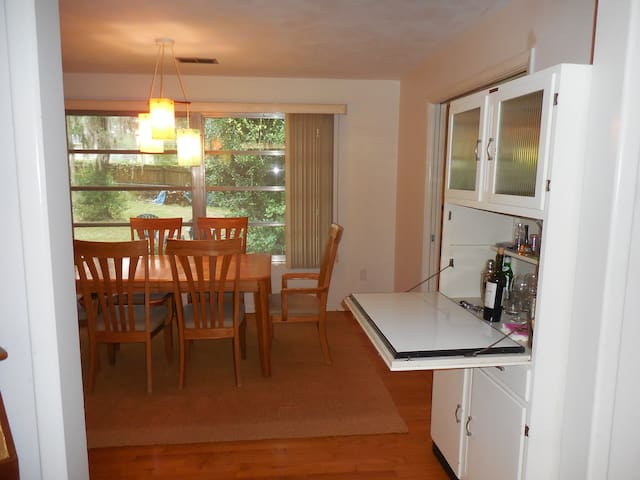 2 miles to UF clean and spacious 4/2 ranch home