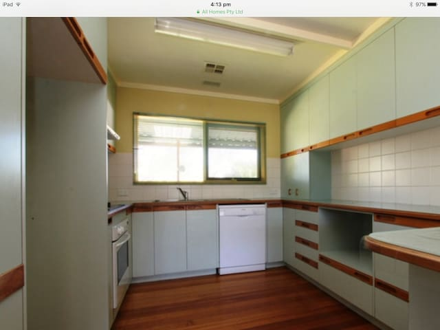 Comfortable unfurnished house close to amenities - Kambah - Huis