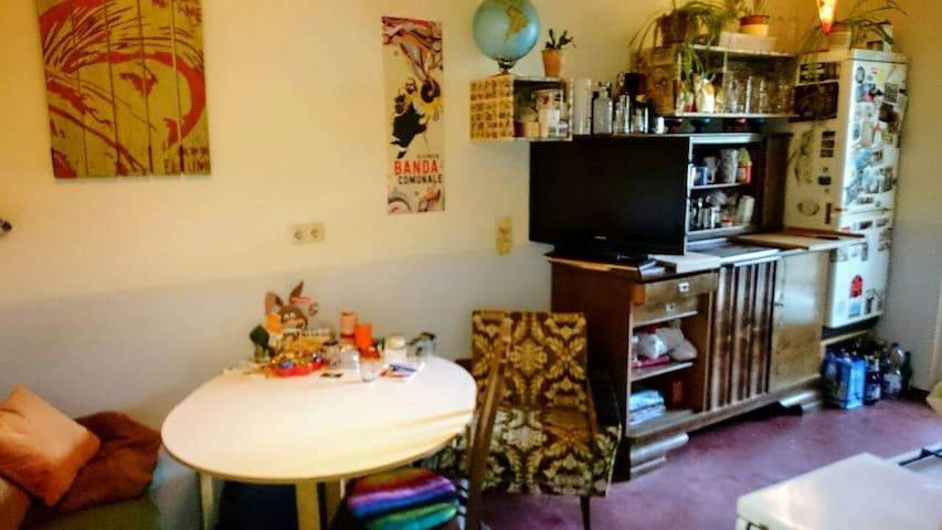 Küche mit Sofa und ess Ecke