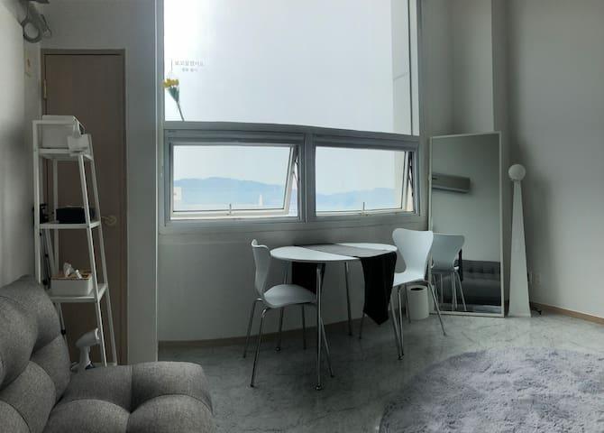 *슈퍼 호스트* 창원 상남동 여심을 자극하는 감성적인 복층 공간 Modern House