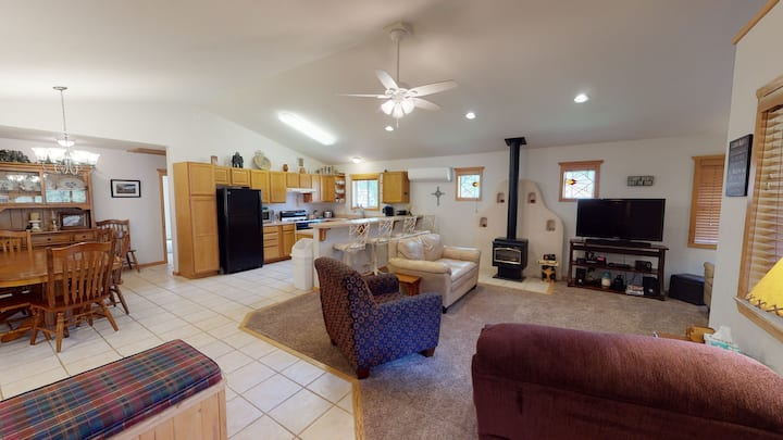 Casa de Manana - 4 bedroom / 2.5 bathroom single level home that will sleep 8.  Located in the Tenderfoot area of Red River, NM