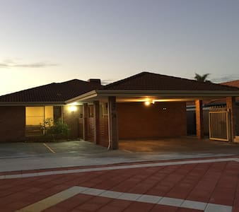 5 Bedroom Family Holiday House 3-A - Bateman