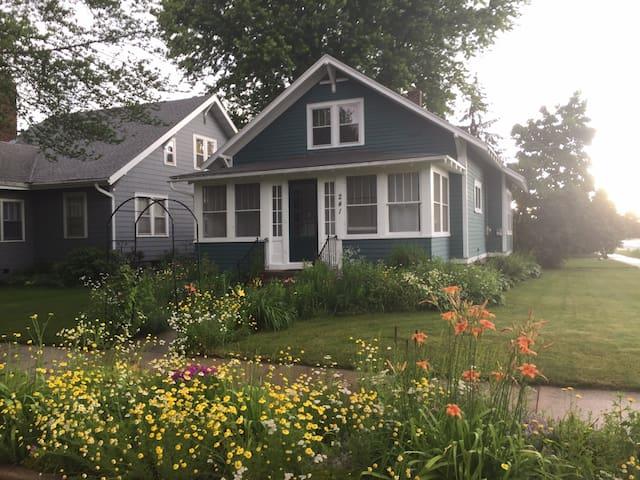 Charming 2BR home near downtown. Avail Long term!