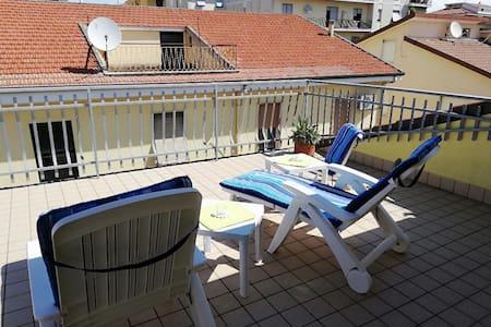 Attico con ampi terrazzi a pochi passi dal mare