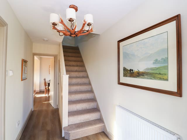 BIG HILL COTTAGE, family friendly in Ellesmere, Ref 975545