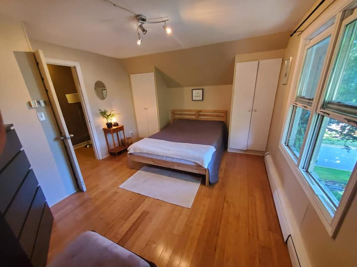 Cozy Room in Charming home with big yard near lake