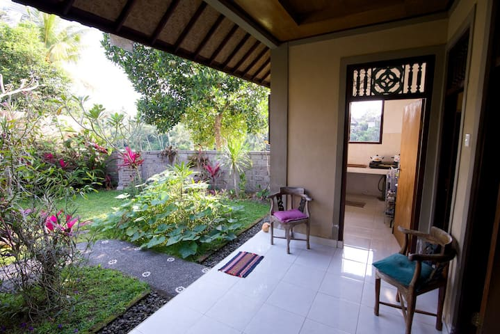 Garden Cottage with Kitchen and Terrace. - Ubud - Apartamento
