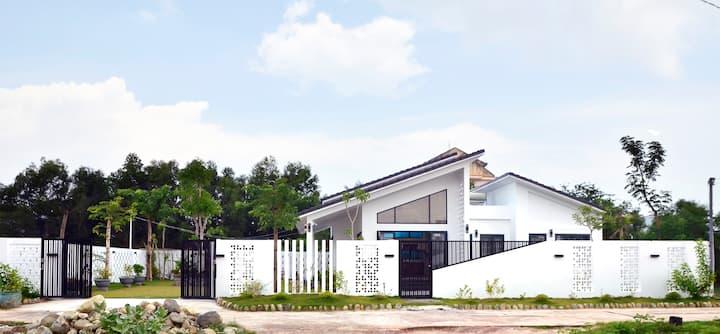 Villa Kim Yen - Beautiful Private Villa Near Sea
