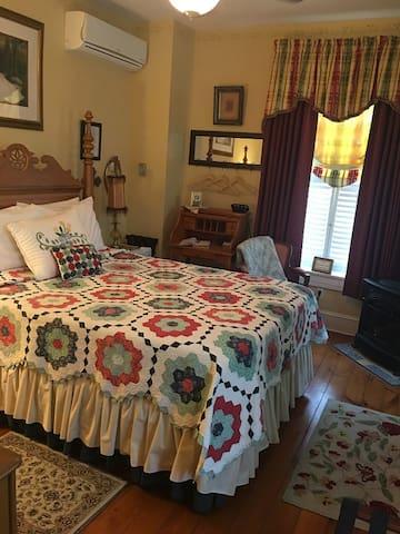E J Bowman House Bed & Breakfast  Lucinda-Mae