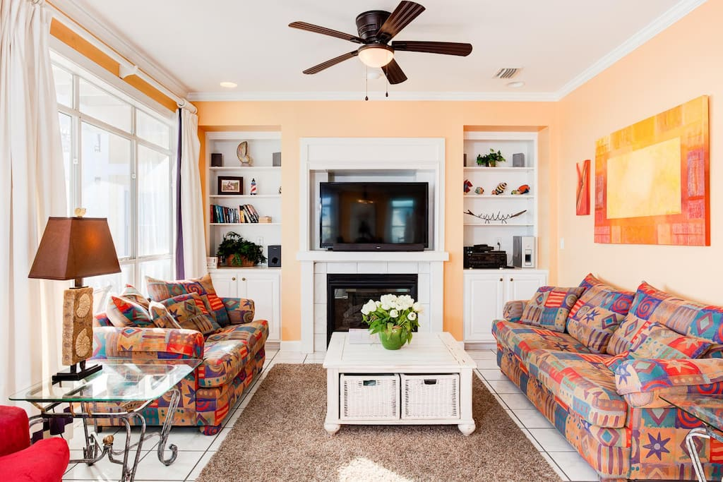 Gulf front living room with plenty of sitting. Wi Fi.