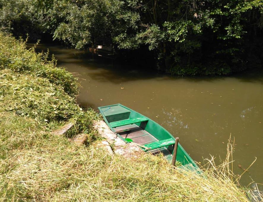 L'embarcadère et sa barque.