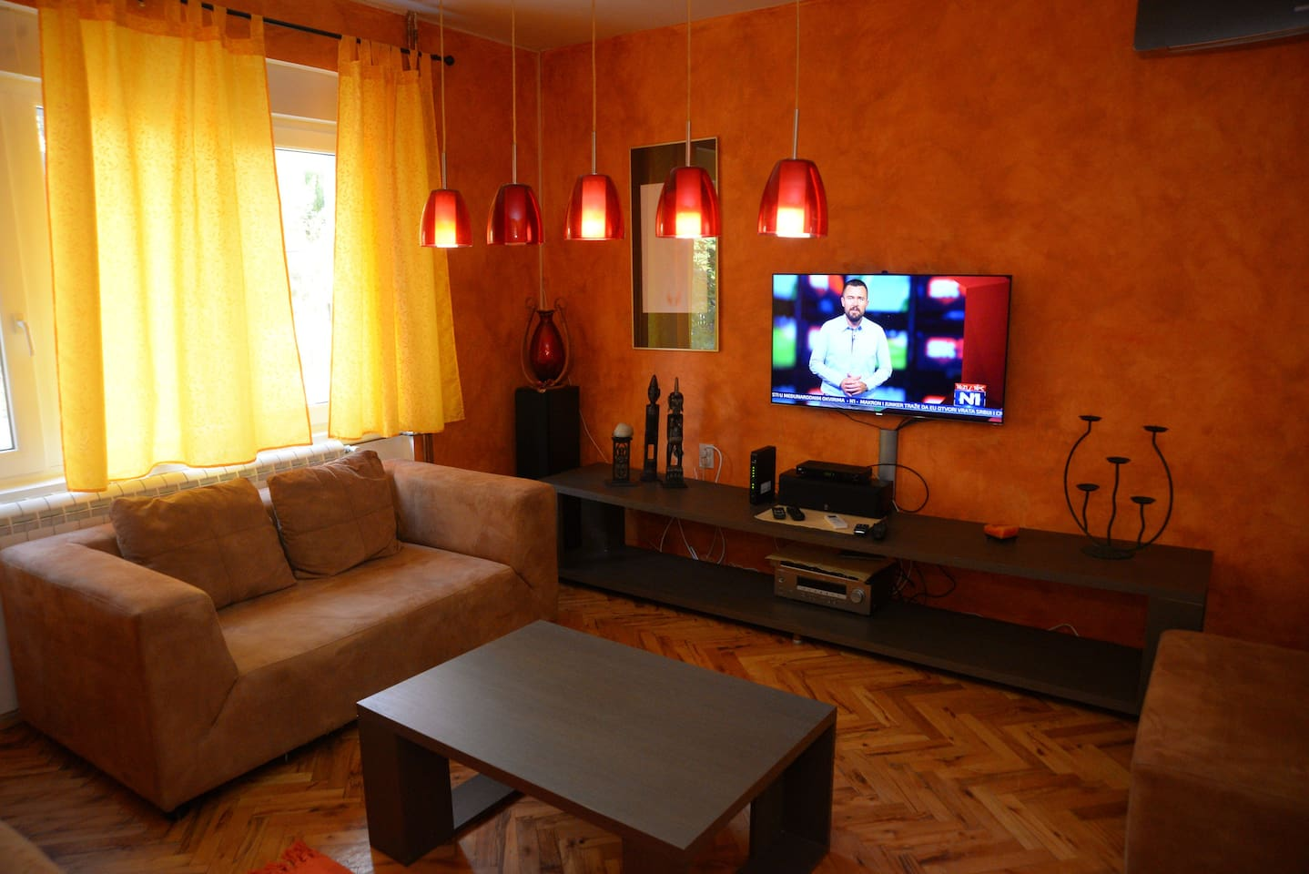 living room,air conditioning,led tv,cable tv,wifi,dvd,cd...