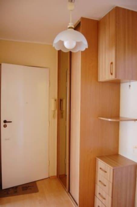 Do wynajęcia mieszkanie trzypokojowe mieszkanie o powierzchni 47m2. Mieszkanie znajduje się przy ulicy Pułkownika Dąbka. Blisko bulwar oksywski. Centrum Gdyni w odległości 6 km. Mieszkanie, jasne, przytulne, odświeżone, posiada osobną toaletę.   W najbliższej lokalizacji znajduje się: - przystanek autobusowy: 10m; - delikatesy 200m; - apteka 150m; - przychodnia 150m; - plaża Oksywie; - plaża Babie Doły; - galeria Szperk,  - Centrum Gdyni 10 minut samochodem;  Dodatkowym atutem jest niedaleko położona plaża na Oksywiu (2 km) oraz ścieżka rekreacyjna dla rowerzystów. Mieszkanie jest umeblowane.