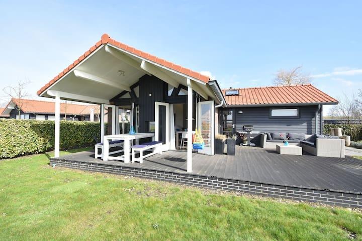 Hermosa casa de vacaciones en Kattendijke cerca del lago