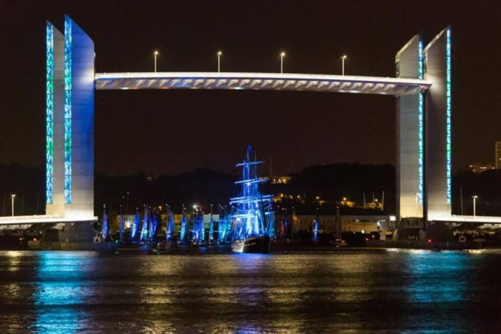 Observerez un mélange d'architecture moderne comme le pont Jacques Chaban-Delmas et d'ancien.
