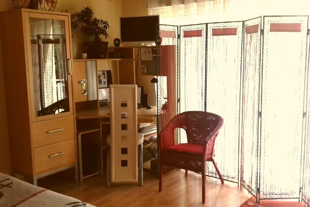 Elle dispose de nombreux rangements, d'une télé connectée, d'un micro-ondes, d'une bouilloire et de vaisselle pour 3 personnes.