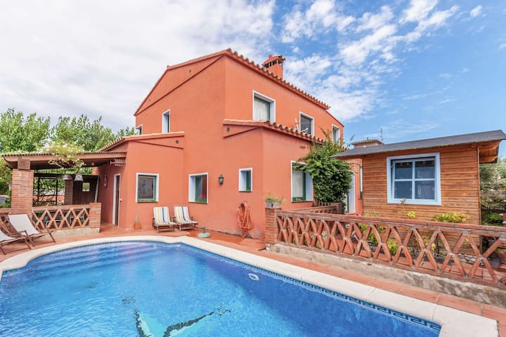 Luring Holiday Home in Girona with Swimming Pool