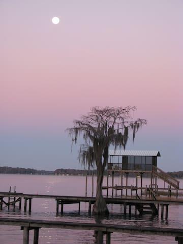 Lake Santa Fe Florida home great for fishing