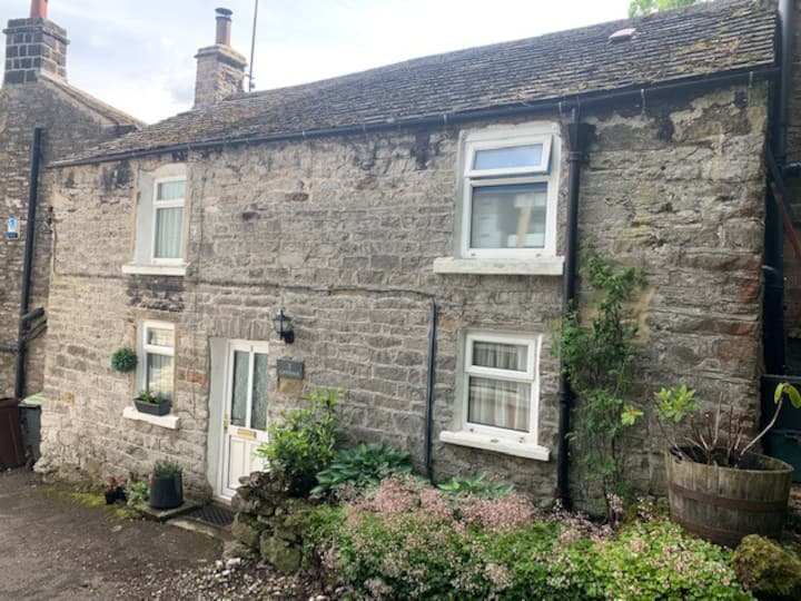 Cavedale cottage in the village of Castleton