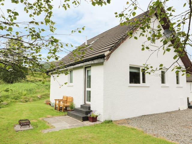 THE AULD TYNDRUM COTTAGE, pet friendly in Tyndrum, Ref 957279