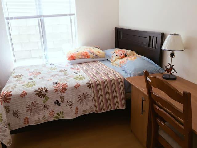 Cozy bedroom with Queen size bed罗兰岗附近特价雅房出租,可长租