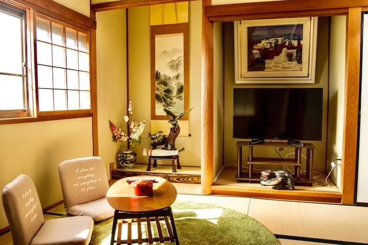6人同居可能。独栋别墅里面的和式家庭房间,大阪关西机场近邻,车站步行5分钟。
