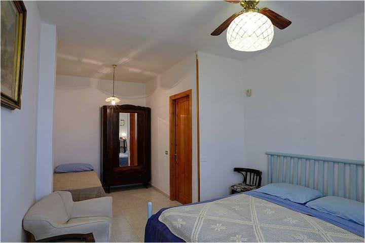 camera da letto con 1 letto matrimoniale e 1 cucetta
