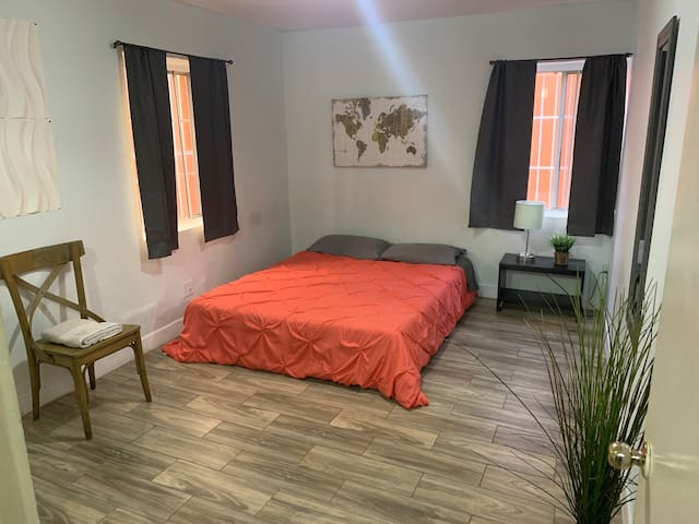 :COZY BEDROOM W/PRIVATE ENTRANCE IN Z.CENTRO-CACHO