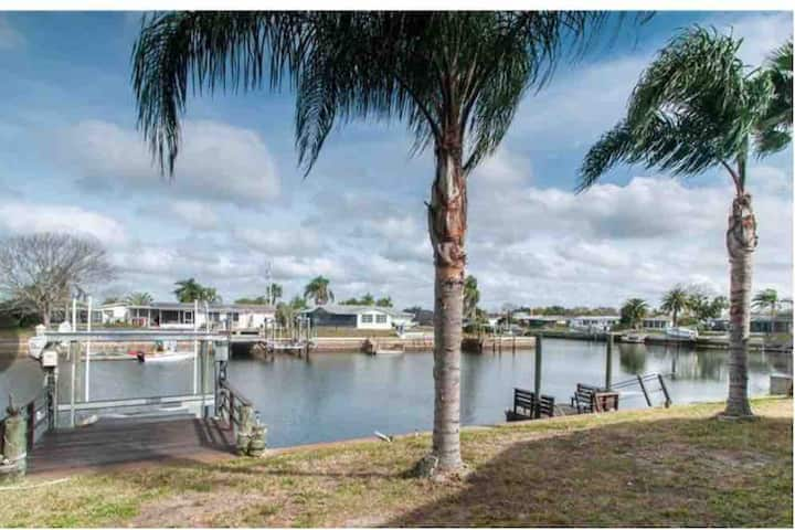Gulf breeze 135 ft Seawall Panoramic view Tranquil
