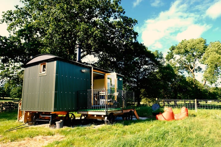 Tranquil Peak District Shepherd Hut - Hen Cloud