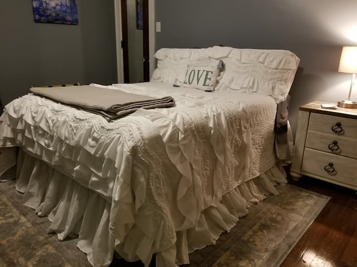 PRIVATE BATH!  BED & COFFEE- WASHBURN- EASY Expo!