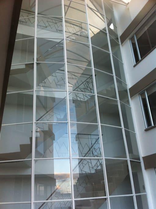 Edificio moderno goza de iluminación natural
