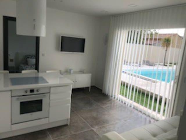 Location dépendance avec piscine proche Avignon